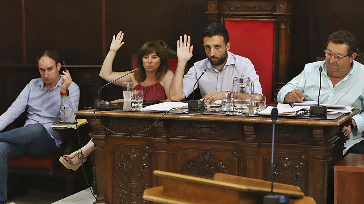 Raro, Carrera, Moreno y el secretario durante un pleno en una imagen de archivo. | DANIEL TORTAJADA