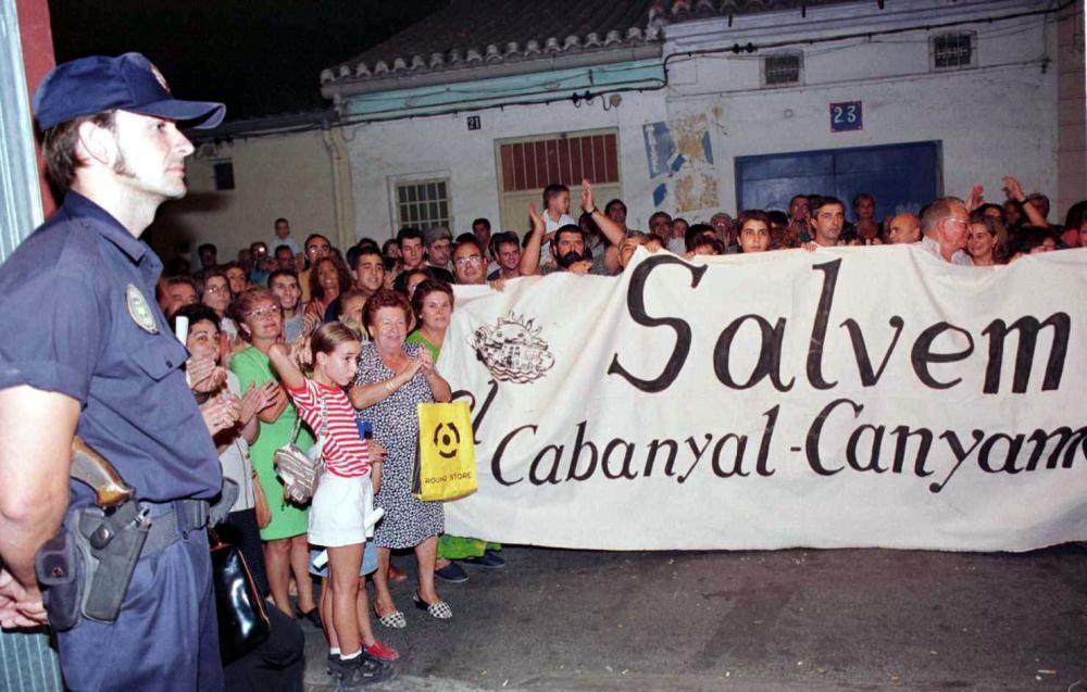 1998. Manifestación frente al local donde el Ayuntamiento presentaba el plan de prolongación. Sandra Escobar