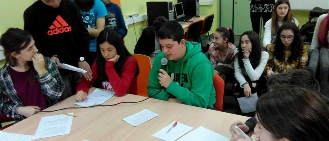 Los alumnos de segundo de Secundaria que ayer debutaron en Radio Lina.