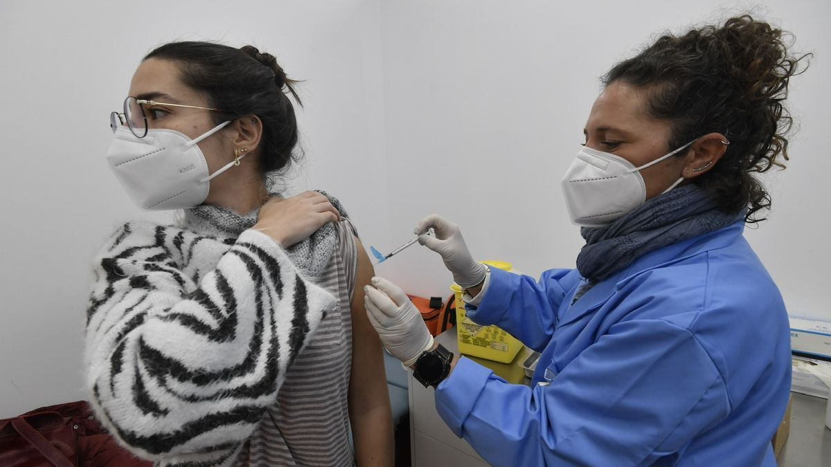 Una estudiante de la UMU se vacuna contra el coronavirus el pasado 20 de enero