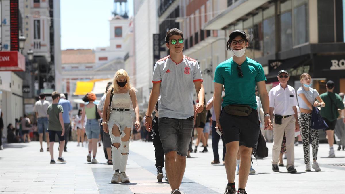 Jóvenes por el centro de Madrid.