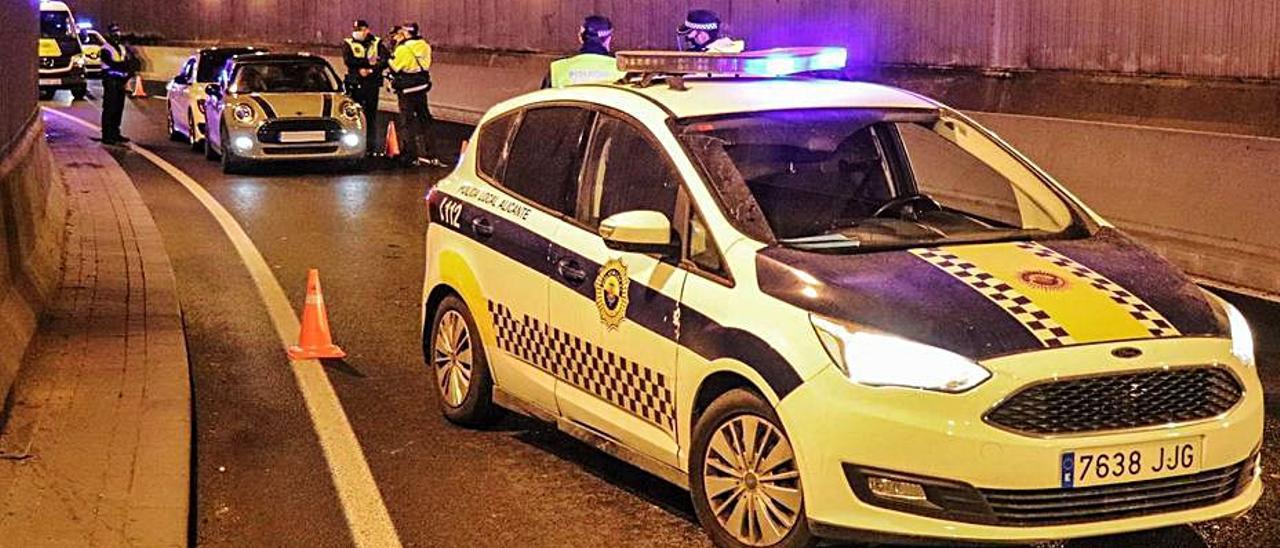 Un control desplegado por la Policía Local en Alicante. |