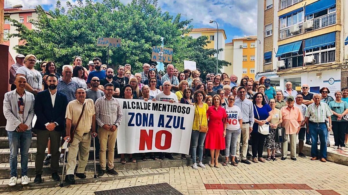 Protesta de vecinos de Cruz de Humilladero y del PSOE contra la zona azul en 2019.