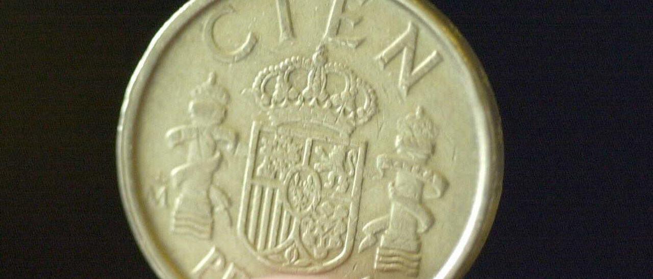 Una moneda de 100 pesetas.