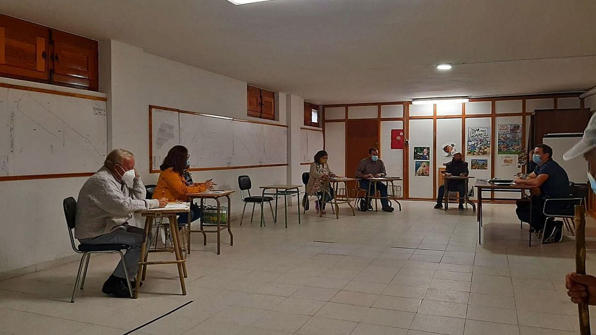 Pleno municipal del Ayuntamiento de Tábara guardando la distancia social entre los concejales. | Chany Sebastián
