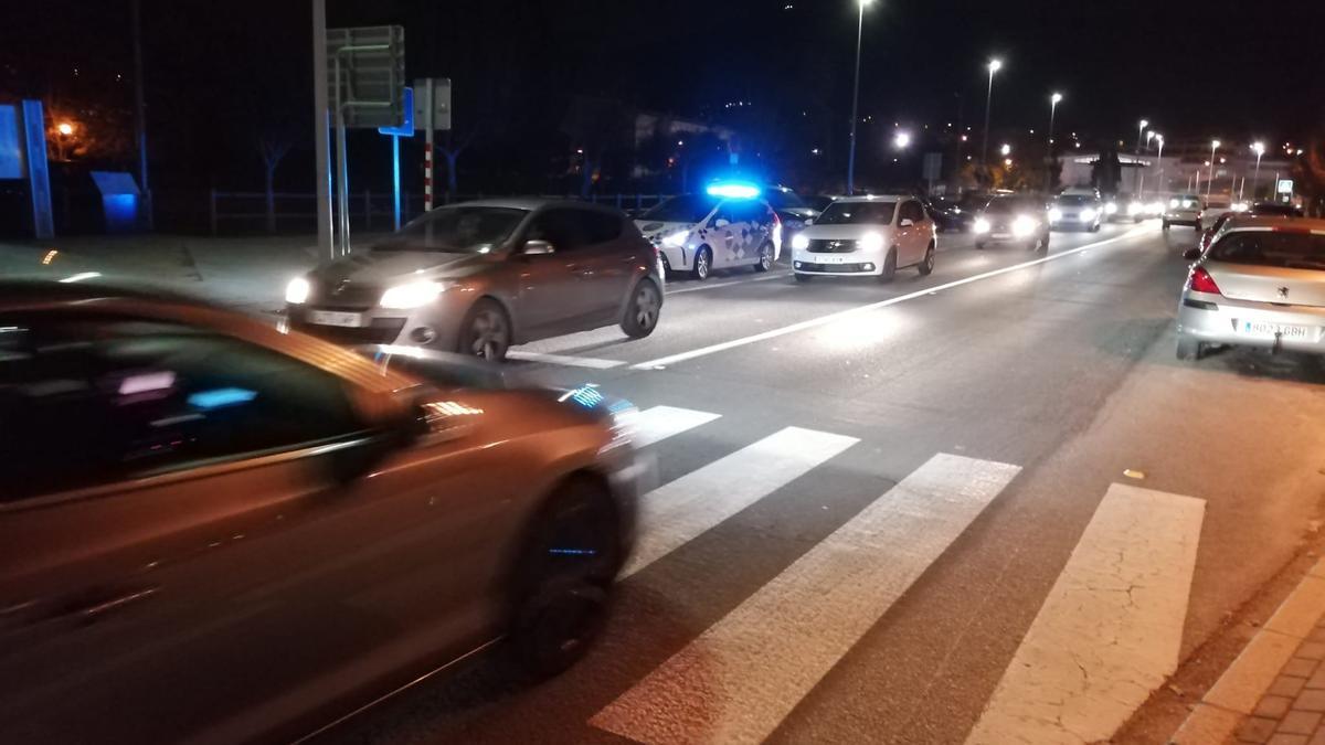 Una patrulla de la Policía Local en el lugar del siniestro. / G.N.