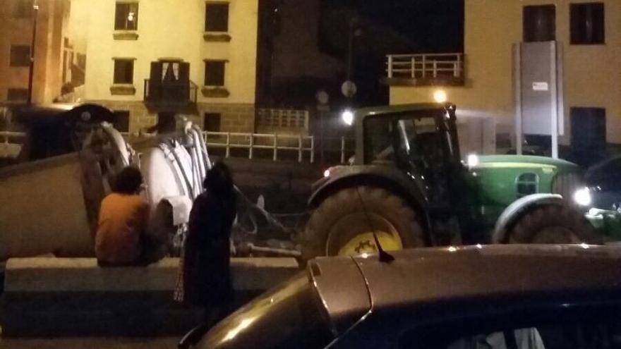 Los vecinos de El Franco contienen el fuego con tractores