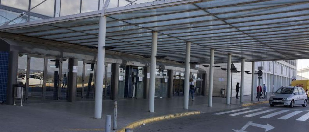 Acceso principal al Hospital Universitario de la Ribera, ubicado en Alzira. | PERALES IBORRA