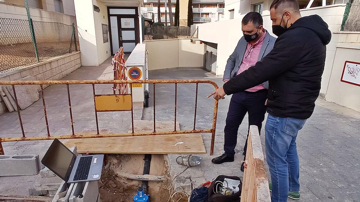 El alcalde accidental, Ángel Luis Guerrero, en las obras de la calle Guipúzcoa de Cala de Bou.