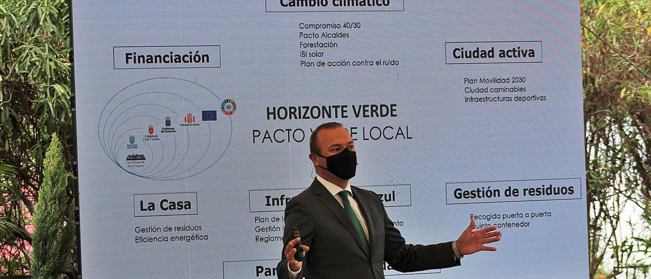 El alcalde Augusto Hidalgo, ayer durante la presentación del Pacto Verde Local en el Centro de recursos ambientales de El Pambasso.