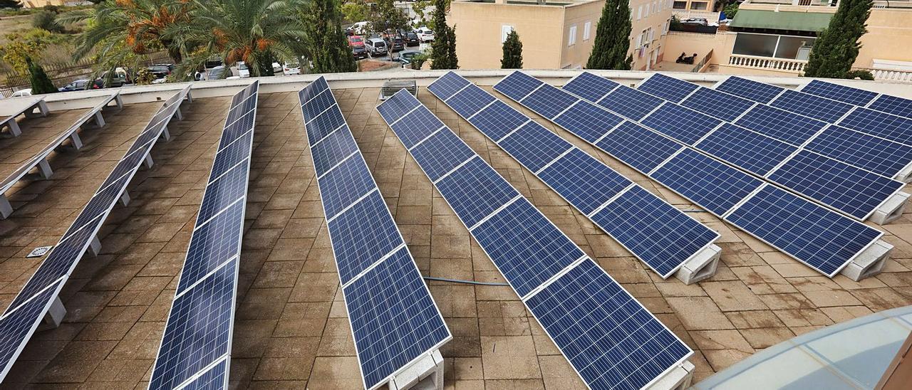 Placas solares sobre la azotea de la sede de Diario de Ibiza.