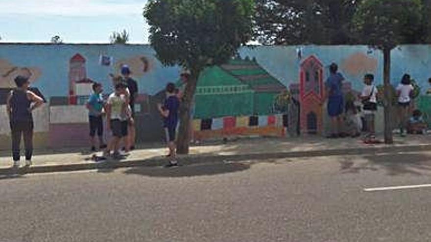 Niños de la comarca elaboran un mural plástico conjunto en Castroverde de Campos