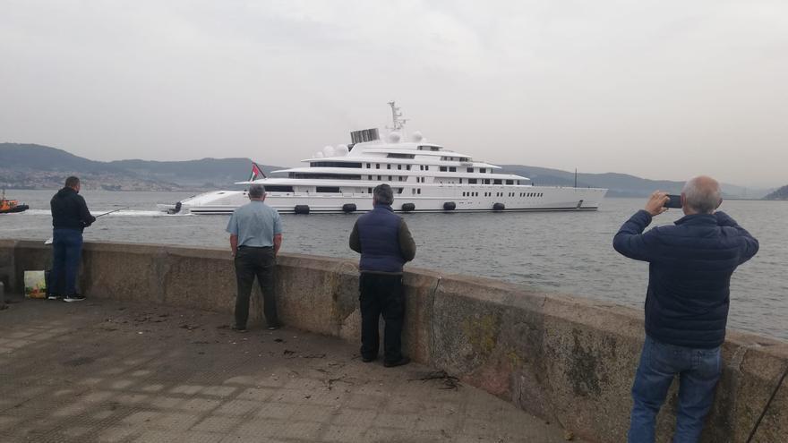 """El """"Azzam"""" atraca en el muelle de trasatlánticos de Vigo por cien días"""