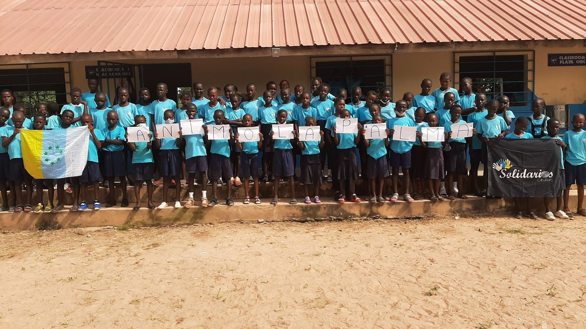 Schoolchildren from the Gambia show solidarity with La Palma.