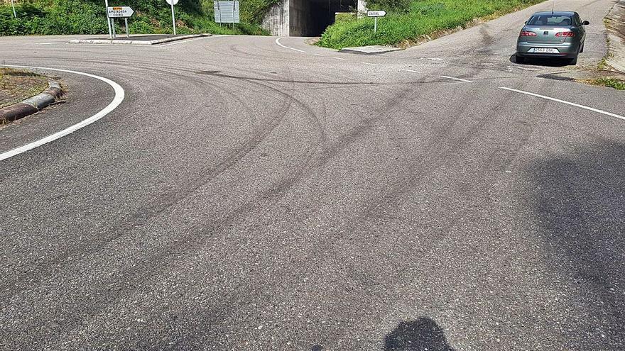 Vuelven a utilizar las rotondas de Ameixoada para hacer trompos con coches