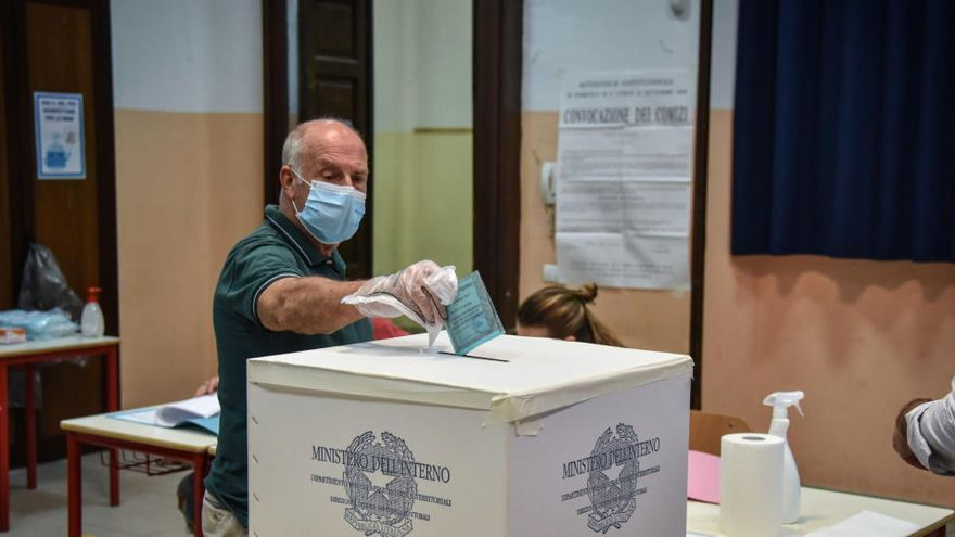 Italia recortará sus diputados y senadores, según sondeos