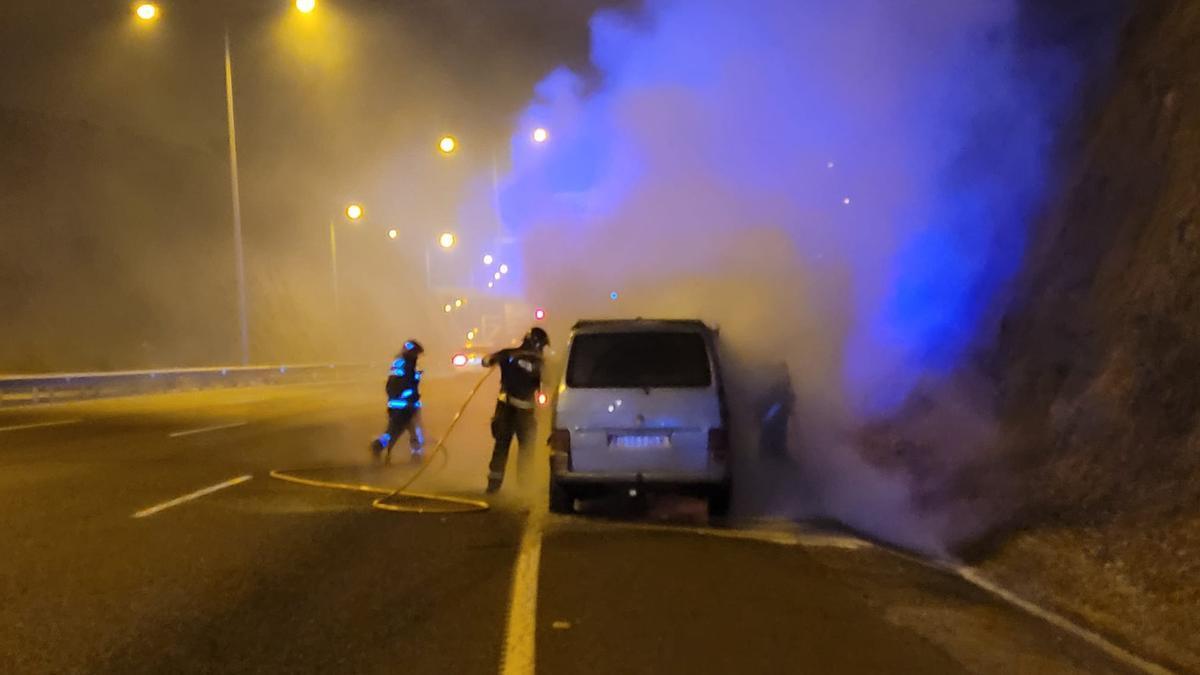 Revienta una rueda, el conductor pierde el control y el coche acaba incendiado.