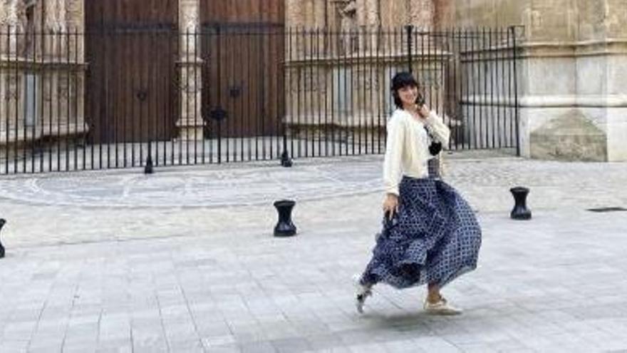 Ana de Armas se toma el día libre en Mallorca y visita la Catedral
