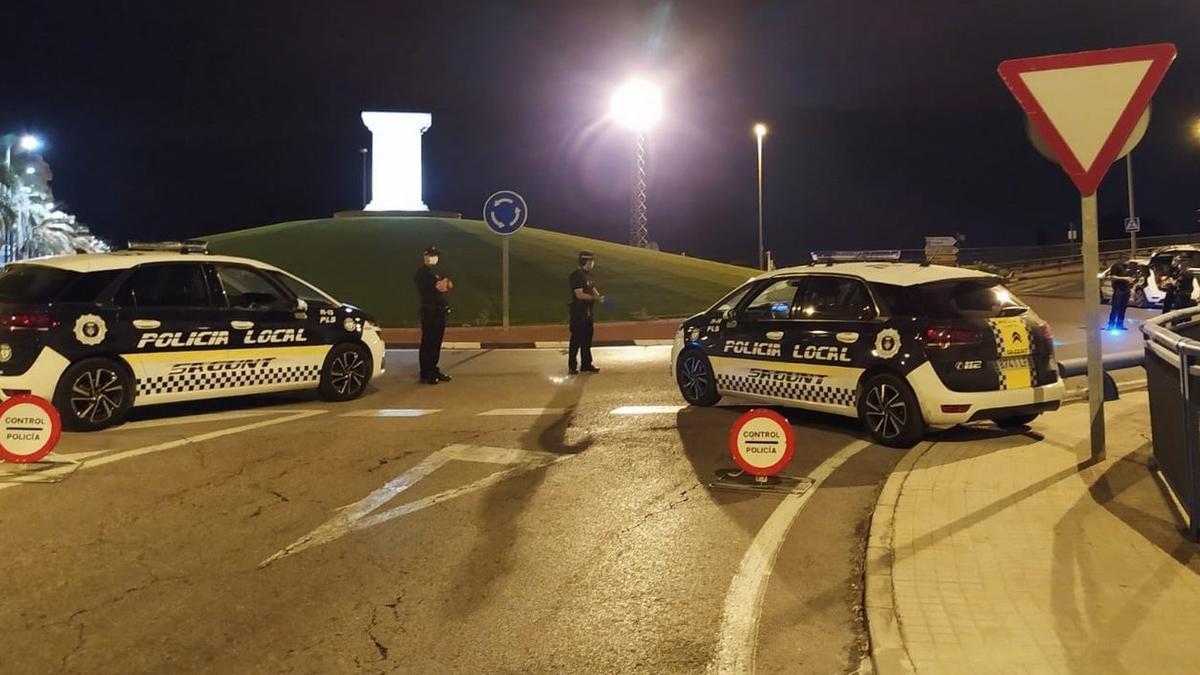 Policías locales, en una patrulla de noche.