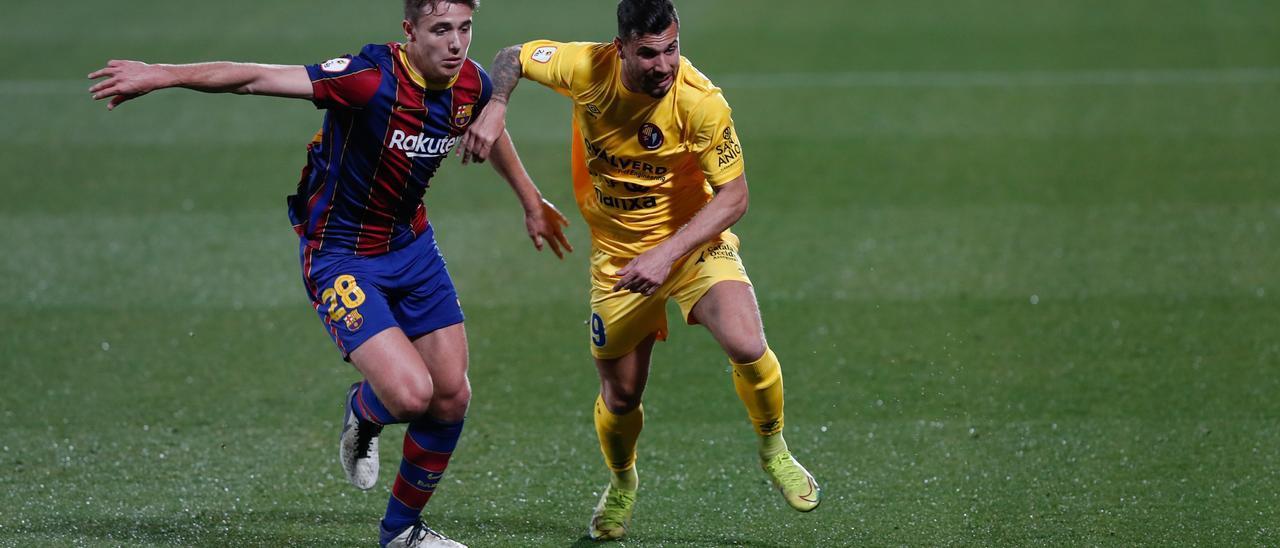 A la derecha, Kilian, durante un partido con el Olot ante el Barça B.