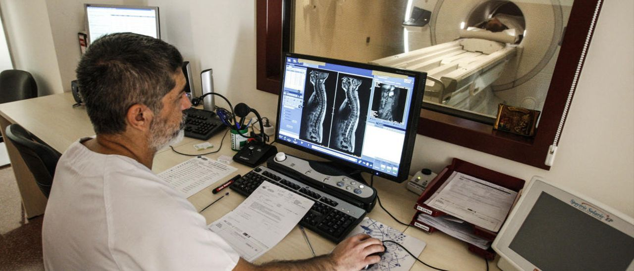 Un facultativo estudia el resultado de un TAC. Foto de Antonio García