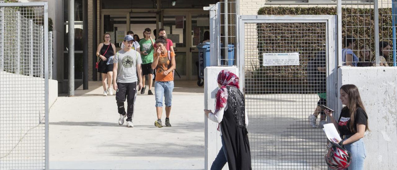 Alumnos a la entrada de un instituto.