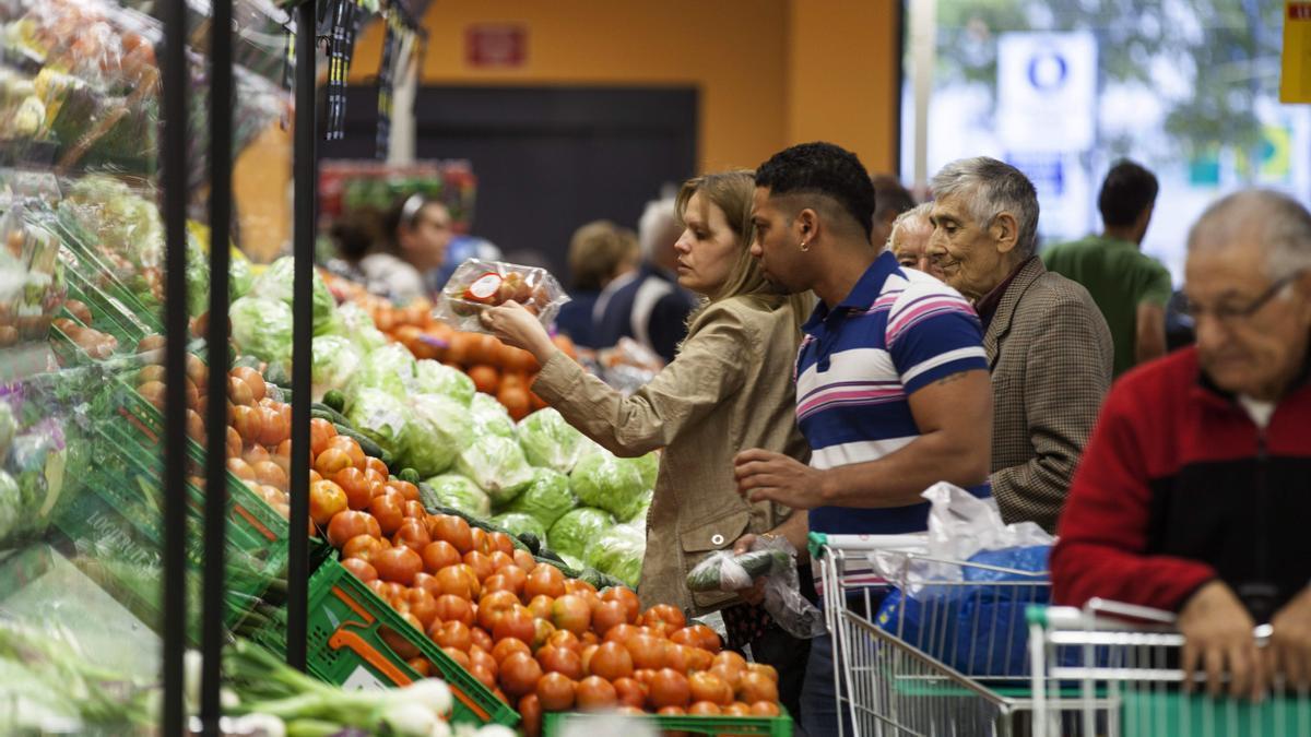 Varias personas realizan la compra.