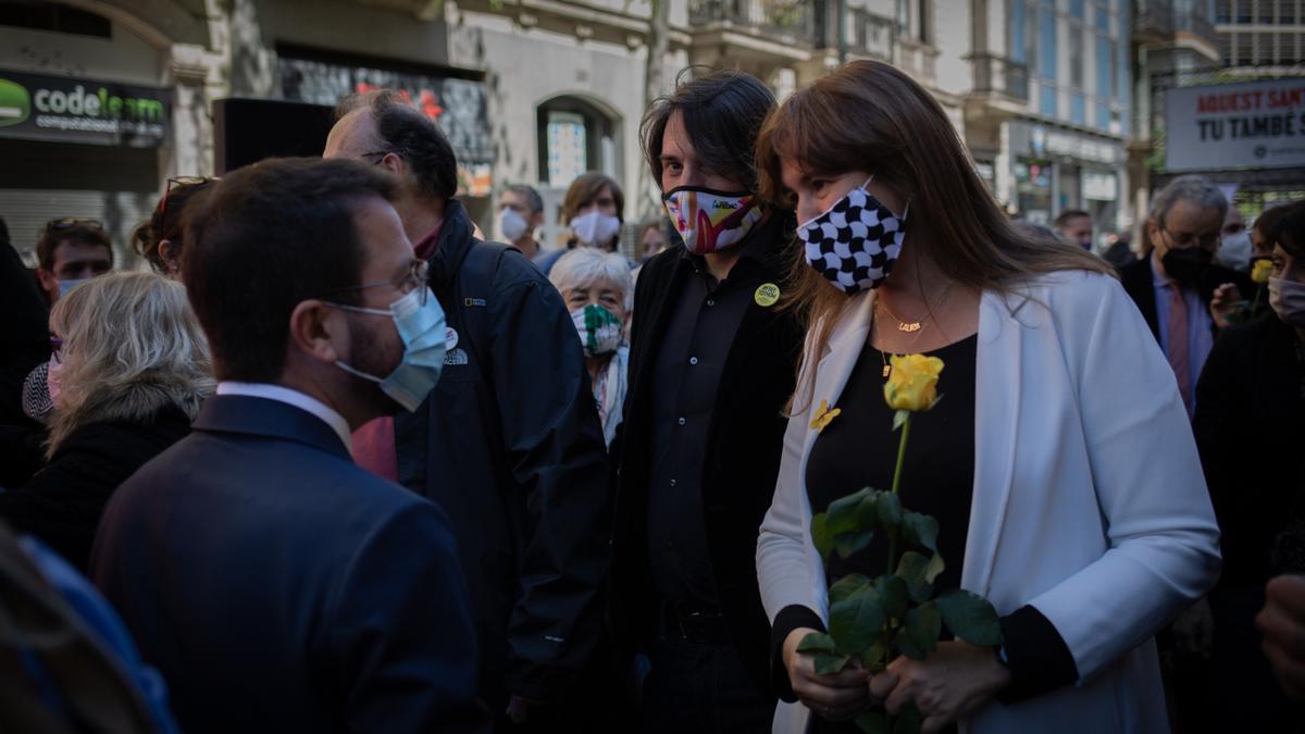 Laura Borràs, con una rosa amarilla, habla con Pere Aragonès