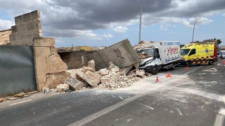 Un camión de reparto se empotra contra un muro en Campos