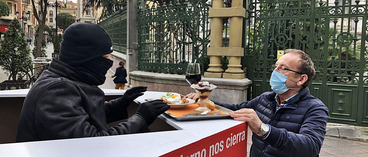 Raúl Suárez, de La Bellota, sirve un menú elaborado por su mujer Susana Fernández a Titi Sánchez, en Oviedo. | M.R.