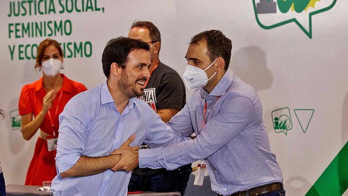 El coordinador general de IU, Alberto Garzón, felicita a Toni Valero, reelegido coordinador de IU en Andalucía.