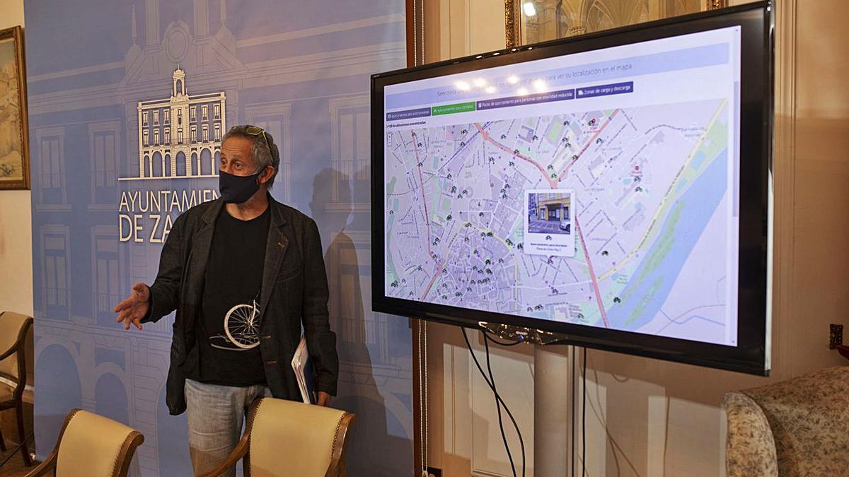 Romualdo Fernández, concejal de Medio Ambiente junto al plano de la futura red arterial para bicis. | Emilio Fraile