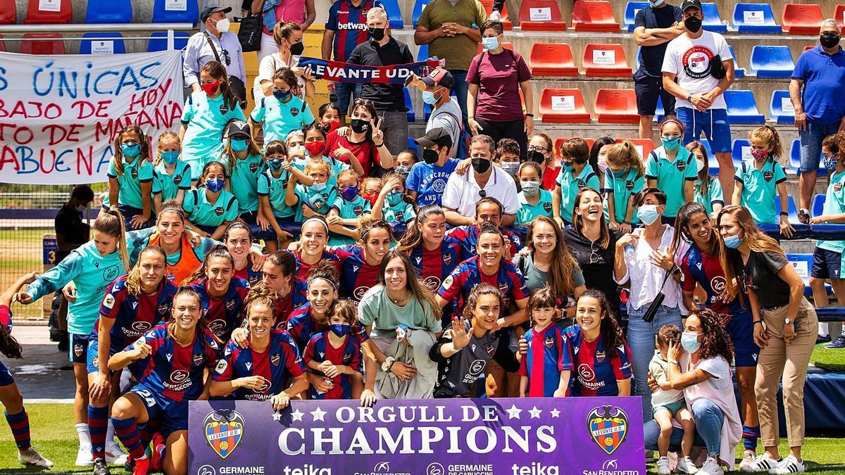 El Llevant UE celebra el triomf i el pas a la Lliga de Campions amb l'afició, a la Ciutat Esportiva de Buñol. | J. L. BORT
