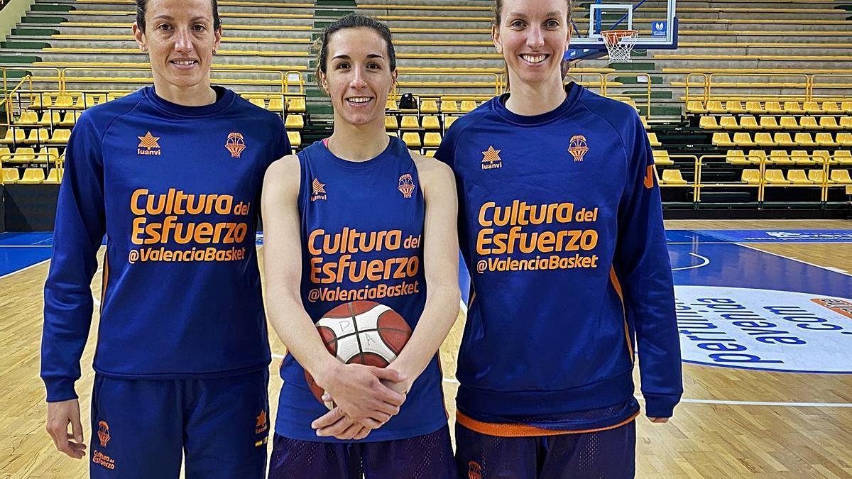 María Pina, Queralt Casas y Laura Gil, en el pabellón donde se juegan el título el jueves.  | MIGUEL ÁNGEL POLO/VBC