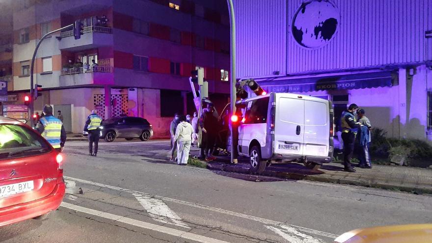 Un herido al empotrarse una furgoneta contra el semáforo y el muro del Galas en Cangas