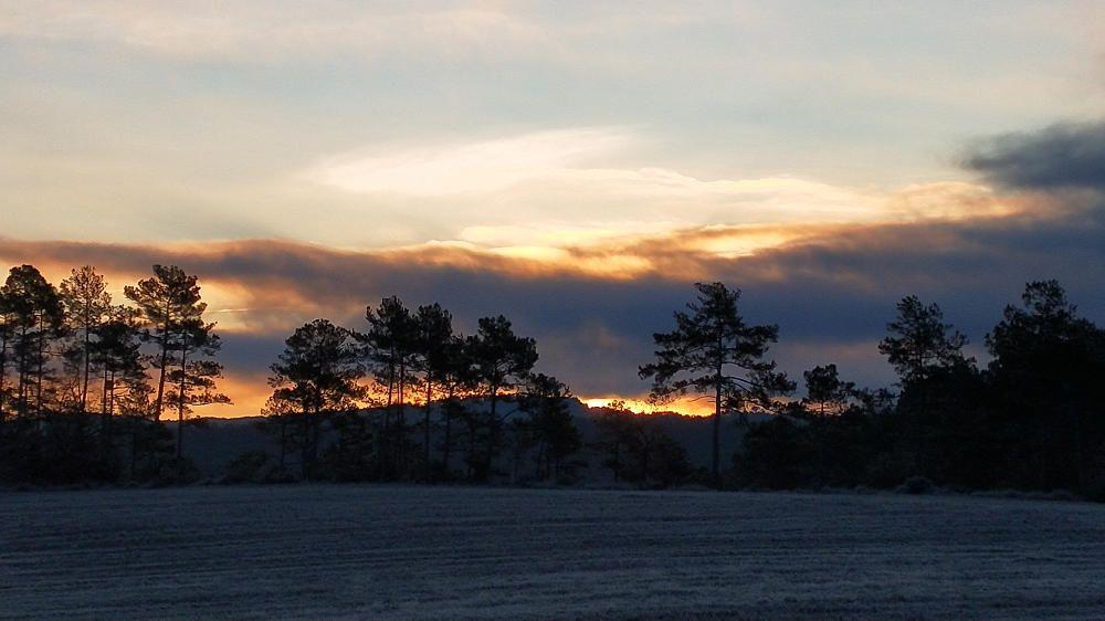 Albada amb el sol amagat darrere els núvols, a Cardona
