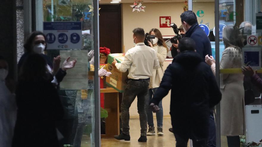 Las primeras vacunas contra el coronavirus llegan entre aplausos a la Residencia Mixta de Gijón