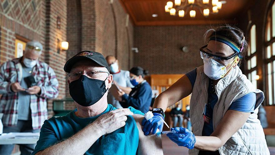 La vacunació s'alenteix als Estats Units per la desigualtat social i les reticències