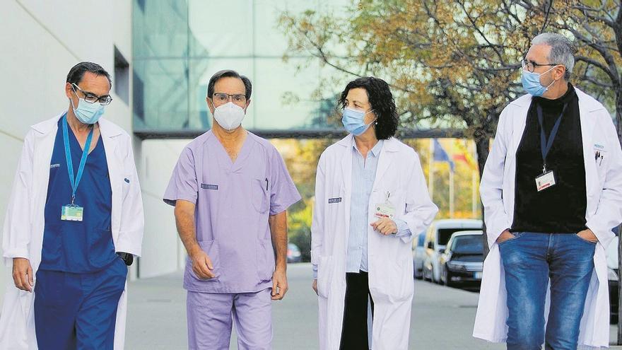 Los doctores Javier Millán, Álvaro Castellanos, Rosario Menéndez y Miguel Ángel Roig, en el exterior del  Hospital La Fe de València