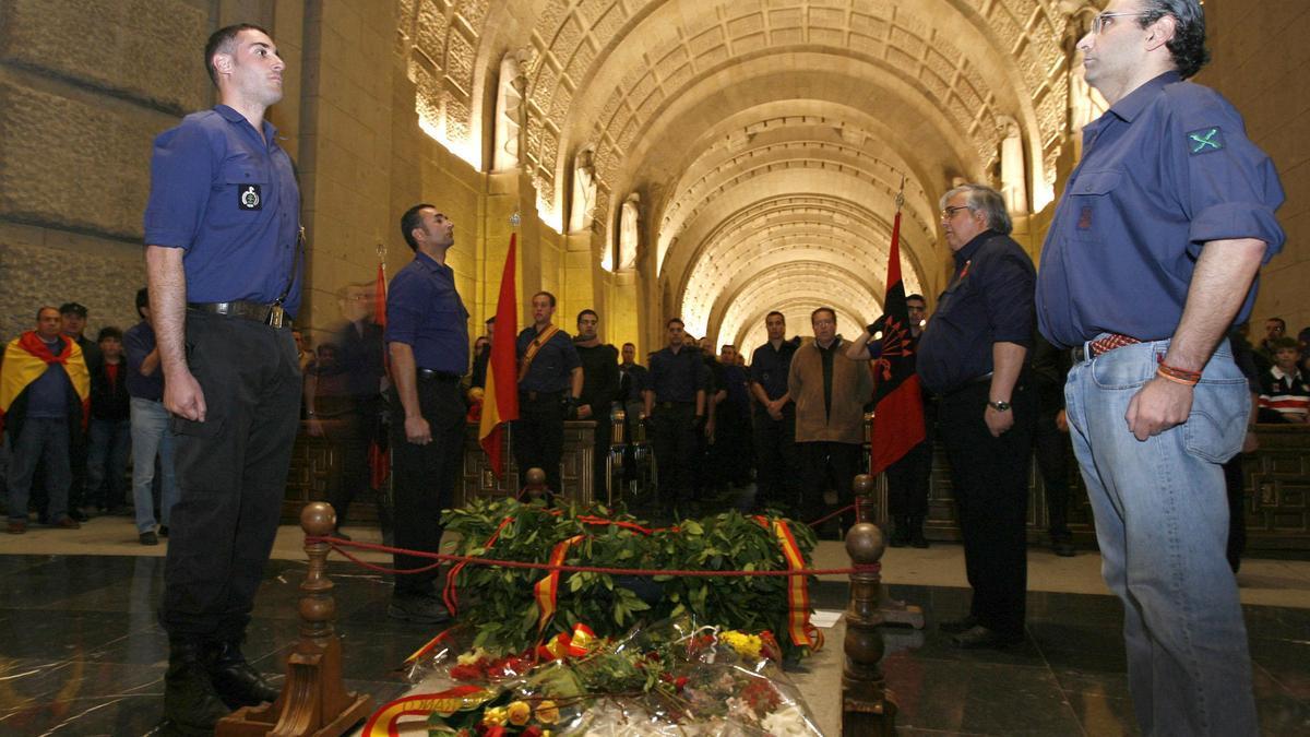 Varios falangistas, en un homenaje a Primo de Rivera en el Valle de los Caídos en 2007.