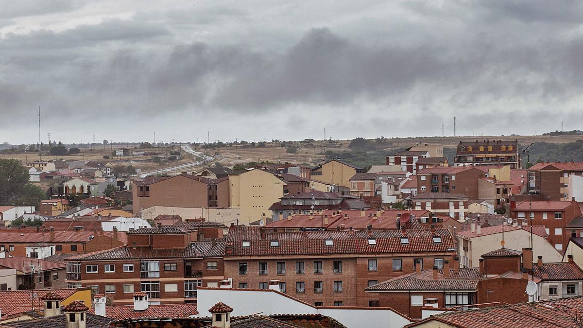 Vista de la capital durante una de las trombas de agua que cayeron durante toda la jornada de ayer. | Emilio Fraile