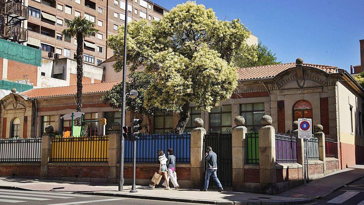 Exterior del colegio Arias Gonzalo, uno de los centros donde se mejorará la accesibilidad.