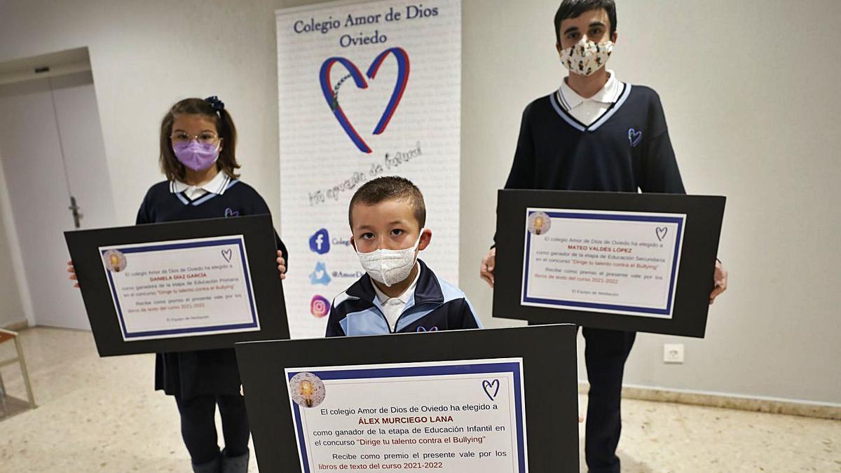 Los ganadores del proyecto, ayer, con sus diplomas. Por la izquierda: Daniela Díaz, Álex Murciego y Mateo Valdés. | Luisma Murias
