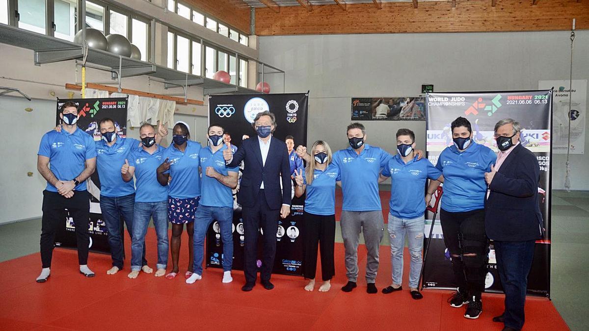 Lete Lasa (centro) junto a los judokas ayer en el CGTD. |  // RAFA VÁZQUEZ