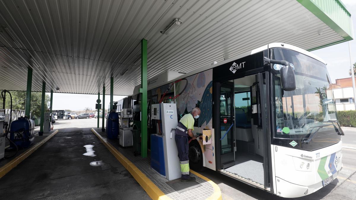 Carga de un bus en la gasinera de la EMT.
