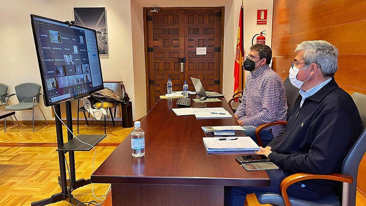 Antonio Rodríguez, vecino de Moal, junto a Jaime Izquierdo, durante el seminario digital celebrado ayer. | D. Á.