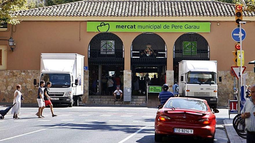 El mercado de Pere Garau cierra hoy  por el asfaltado de las calles adyacentes