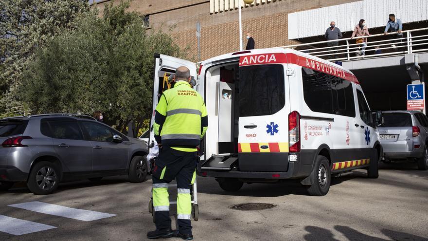 Asisten a un conductor después de que su camión volcase en Anna