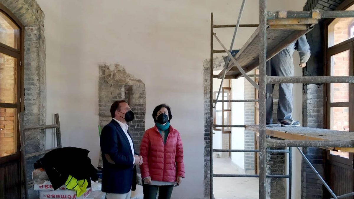 Francisco Palomares y Marisa Medina, alcaldesa de Villanueva del Duque, supervisan una obra