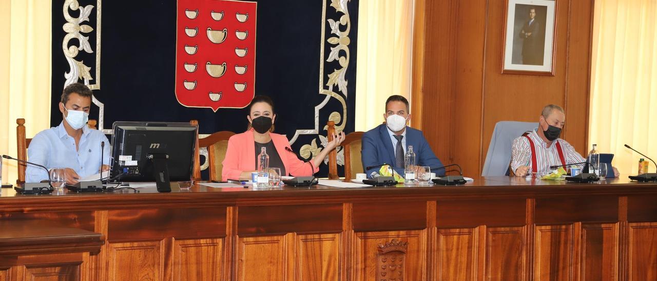 Dolores Corujo, Jacobo Medina y Juan Manuel Sosa, en el pleno celebrado este viernes en el Cabildo de Lanzarote.